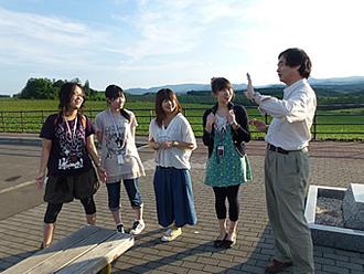 画像:文化地理学野外実習の風景(北海道・美瑛にて)