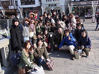 画像:文化地理学入門演習での集合写真(群馬県・草津にて)